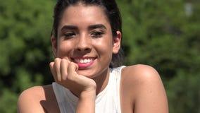 Ragazza abbastanza teenager allegra del latino-americano video d archivio