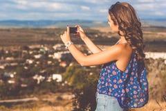 Ragazza abbastanza teenager che prende selfie dal telefono Fotografia Stock