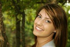 Ragazza abbastanza teenager che sorride all'esterno Immagine Stock