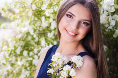 Ragazza abbastanza teenager con i fiori bianchi Fotografia Stock