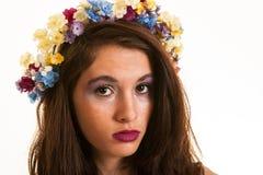 Ragazza abbastanza teenager con i fiori in capelli Fotografie Stock Libere da Diritti
