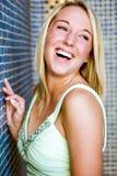 Ragazza abbastanza teenager con la risata dei capelli biondi Fotografia Stock Libera da Diritti