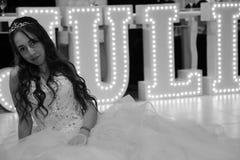 Ragazza abbastanza teenager di compleanno di quinceanera che celebra nel partito di rosa del vestito da principessa, celebrazione Fotografia Stock Libera da Diritti