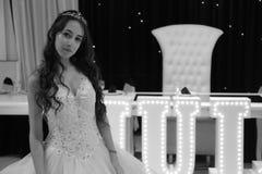 Ragazza abbastanza teenager di compleanno di quinceanera che celebra nel partito di rosa del vestito da principessa, celebrazione Immagini Stock