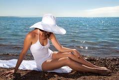 Ragazza abbronzata in un bianco Fotografia Stock