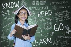 Ragazza abile con i libri nell'aula Immagini Stock