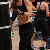 Ragazza in abiti sportivi neri: Allenamento di pugilato di forma fisica con Punc Fotografie Stock