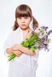 Ragazza in abito con il mazzo su un fondo bianco Fotografia Stock