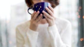 Ragazza accogliente dell'atmosfera con il grande inverno di tempo di natale del cioccolato del cacao del caffè della tazza Fine s archivi video