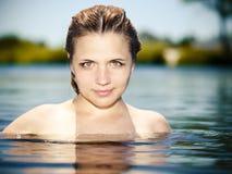 Ragazza in acqua con le spalle nude Fotografia Stock