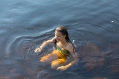 Ragazza in acqua di estate Immagine Stock