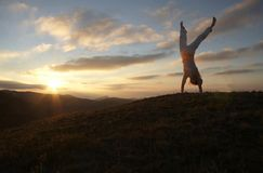 Ragazza acrobatica sul tramonto fotografie stock