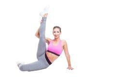 Ragazza adatta che si siede come la ballerina con il vantaggio Fotografia Stock Libera da Diritti