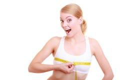 Ragazza adatta della donna di forma fisica con la misurazione di nastro di misura il suo busto Immagini Stock Libere da Diritti