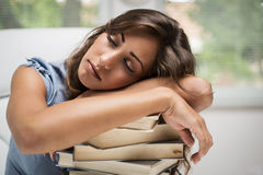 Ragazza addormentata dell'allievo Fotografia Stock Libera da Diritti