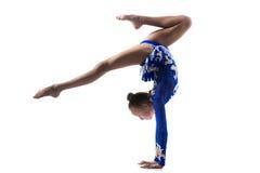 Ragazza adolescente dell'acrobata che fa verticale Fotografia Stock Libera da Diritti
