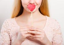 Ragazza adorabile bionda che copre la sua bocca a memoria Fotografia Stock