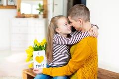 Ragazza adorabile che d? la sua mamma, giovane malato di cancro, casalingo AMO la cartolina d'auguri della MAMMA Festa della Mamm immagini stock libere da diritti