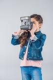 Ragazza adorabile che prende le immagini sulla retro macchina fotografica immagine stock libera da diritti