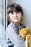 Ragazza adorabile con il coniglietto Fotografia Stock