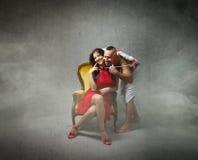 Ragazza adorabile d'abbraccio del cupido fotografie stock libere da diritti