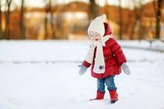 Ragazza adorabile del bambino divertendosi il giorno di inverno Fotografia Stock
