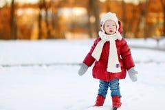 Ragazza adorabile del bambino divertendosi il giorno di inverno Fotografia Stock Libera da Diritti