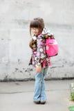 Ragazza adorabile del preschooler con lo zaino Fotografie Stock