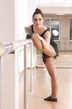 Ragazza adorabile di balletto nello studio di ballo Immagine Stock