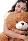 Ragazza adorabile ed il suo orsacchiotto fotografia stock libera da diritti