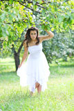 Ragazza adorabile nel godere bianco dei vestiti Fotografia Stock