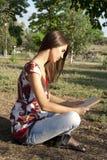 Ragazza adulta che legge un libro Fotografia Stock Libera da Diritti