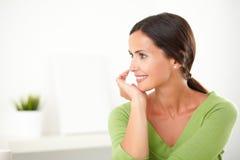 Ragazza adulta latina che sorride mentre guardando soddisfatto Immagine Stock