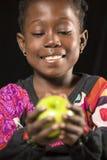Ragazza africana con una mela Fotografia Stock Libera da Diritti