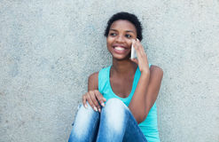 Ragazza africana felice con il telefono cellulare Fotografie Stock Libere da Diritti
