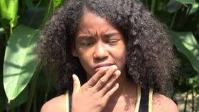 Ragazza africana teenager confusa o di pensiero video d archivio