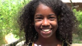 Ragazza africana teenager sorridente video d archivio