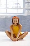 Ragazza afro felice del danzatore che allunga sul pavimento Immagini Stock Libere da Diritti
