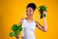 Ragazza afroamericana che giudica insalata isolata immagine stock