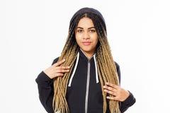 Ragazza afroamericana con i dreadlocks che posano su un fondo bianco, donna felice di sorriso alla moda fotografia stock libera da diritti