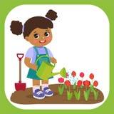 Ragazza afroamericana del fumetto sveglio con funzionamento dell'annaffiatoio nel giardino Giovane agricoltore Girl illustrazione di stock