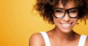 Ragazza afroamericana di risata con l'afro Immagine Stock