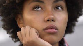 ragazza afroamericana Riccio-dai capelli che pensa alle cose importanti di vita, primo piano archivi video