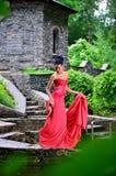 Ragazza afroamericana in vestito rosso che posa nel parco nella piena crescita Fotografia Stock Libera da Diritti
