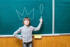 Ragazza al consiglio scolastico con la corona Fotografia Stock Libera da Diritti