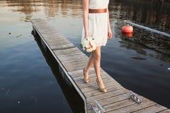 Ragazza al pilastro sul lago Fotografie Stock