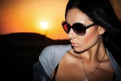 Ragazza al tramonto immagini stock