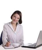 Ragazza all'ufficio con un taccuino e un computer portatile Immagine Stock