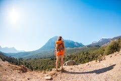 Ragazza alla cima della montagna fotografie stock libere da diritti