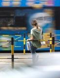 Ragazza alla fermata dell'autobus Fotografie Stock Libere da Diritti